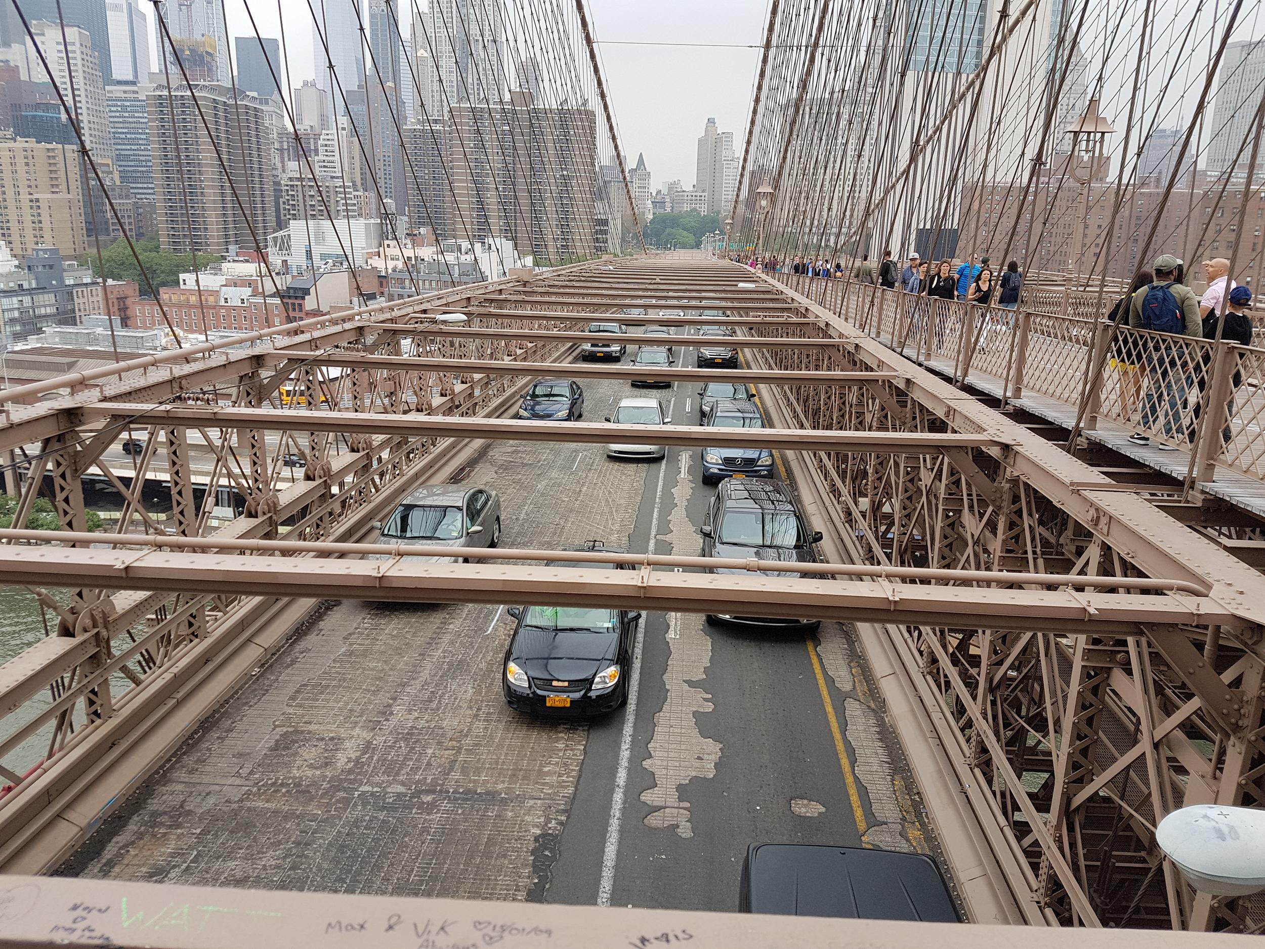 Машины едут в Бруклин.