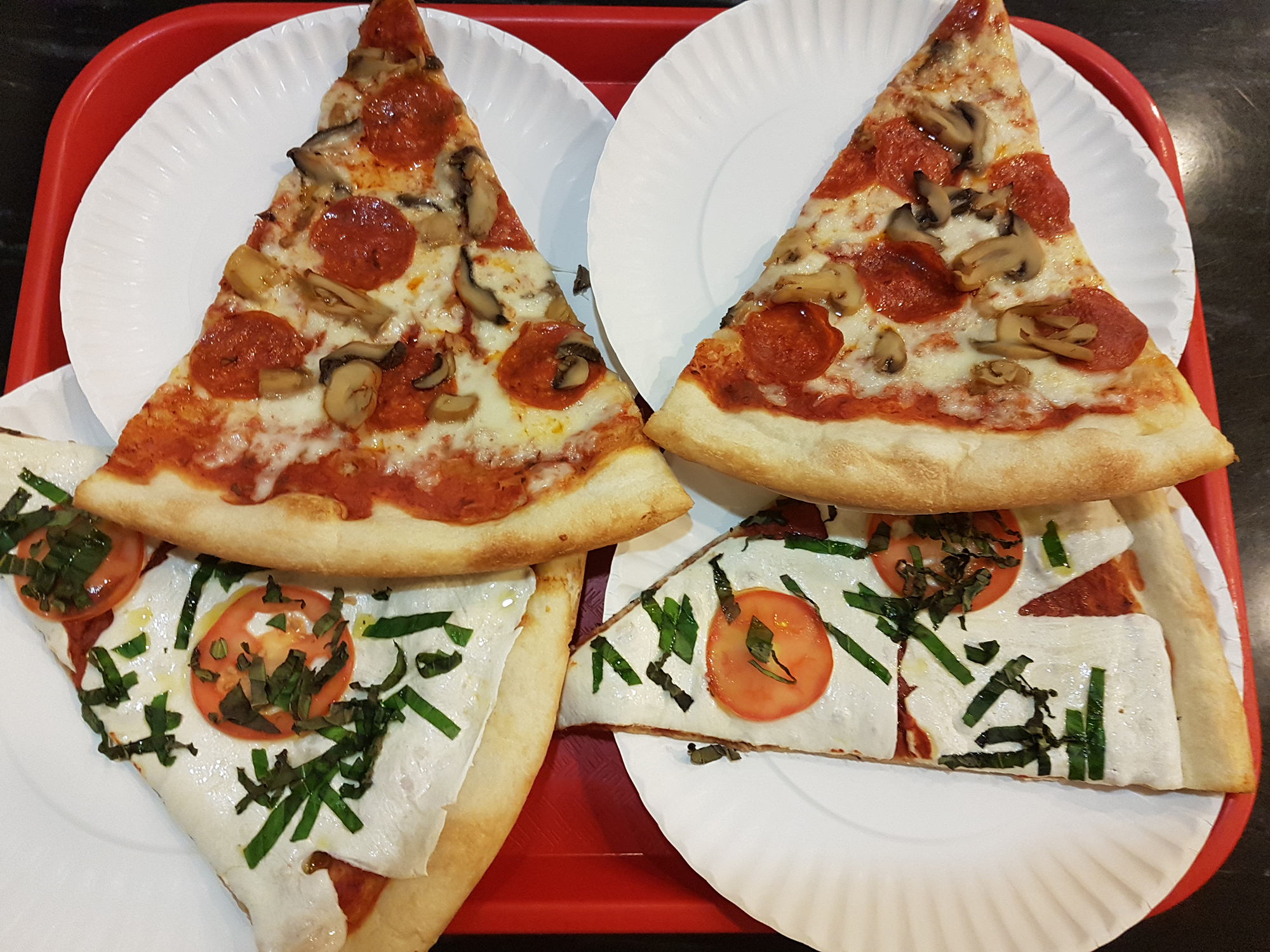 Куски пиццы очень большие.