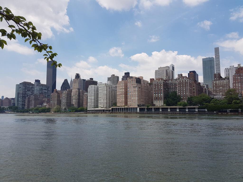 Вид с острова Рузвельта на Манхэттен.