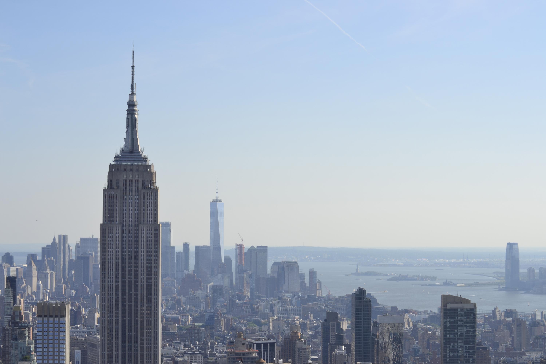 Эмпайр-Стейт-Билдинг, Всемирный торговый центр и совсем далеко Статуя Свободы.