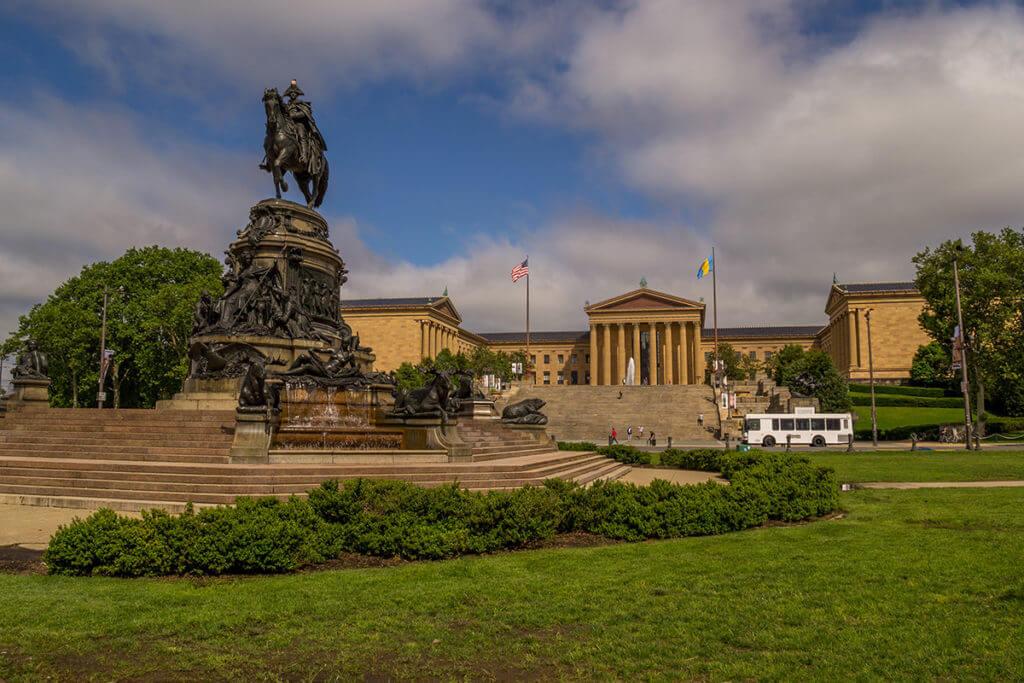 Филадельфийский музей искусства и памятник Джорджу Вашингтону