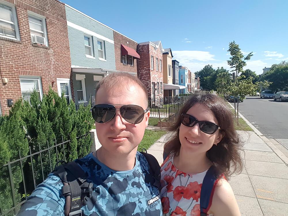 Мы на фоне каких-то домов