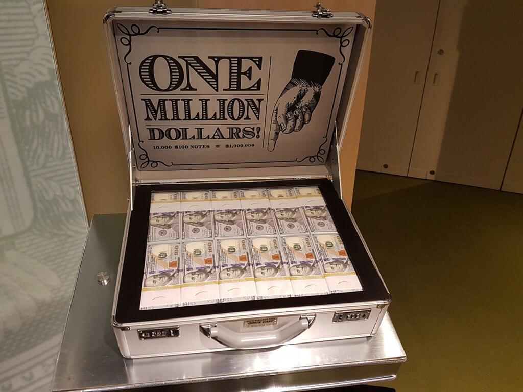А это чемодан с тем же миллионом, но уже банкнотами по сто долларов